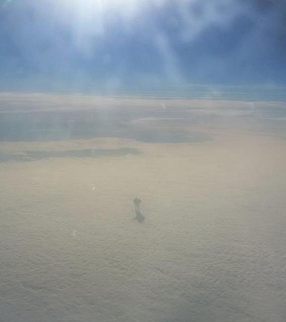 Пассажиры самолета Вена – Лондон сфотографировали человека, идущего по облакам. Шокирующие фото
